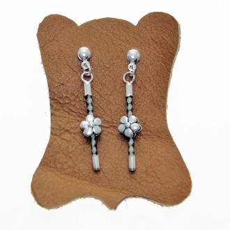Sterling silver and raw leather stick earrings |El Boyero