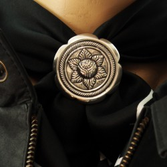 Poinsettia scarf ring |El Boyero