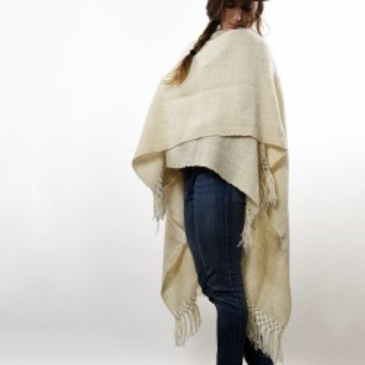 Ruana tejida con lana de llama