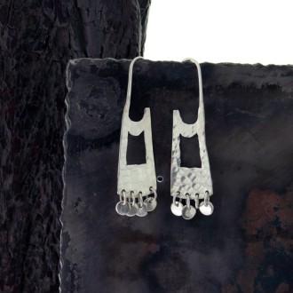 Aros de plata alargados con colgantes