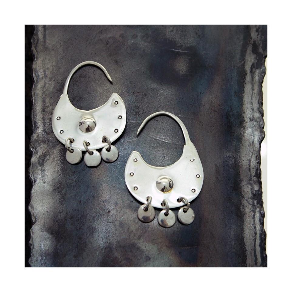 Round medium-size silver earrings with finishing design  El Boyero