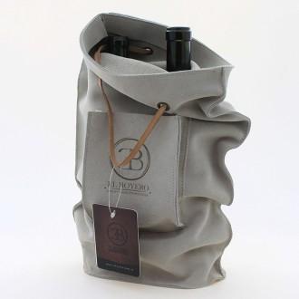 Bolsa porta botellas de cuero gamuzado, con bolsillo.