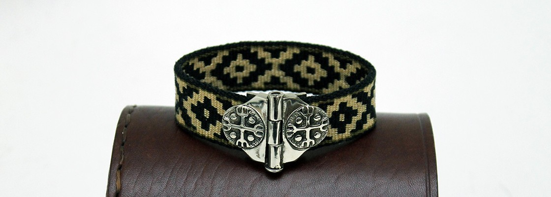 Bracelet with local pattern and alpaca Kultrun closure